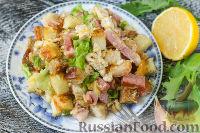 Салат с курицей, беконом и сухариками