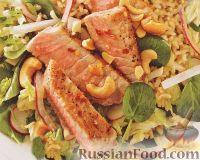 Жареный тунец с рисом и овощным салатом