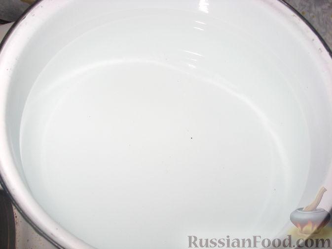Как приготовить запеканку из макарон с фаршем:     Воду налить в кастрюлю, поставить на огонь, довести до кипения.