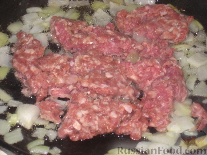 мясо измельчить в блендере или на мясорубке. Добавить к луку.