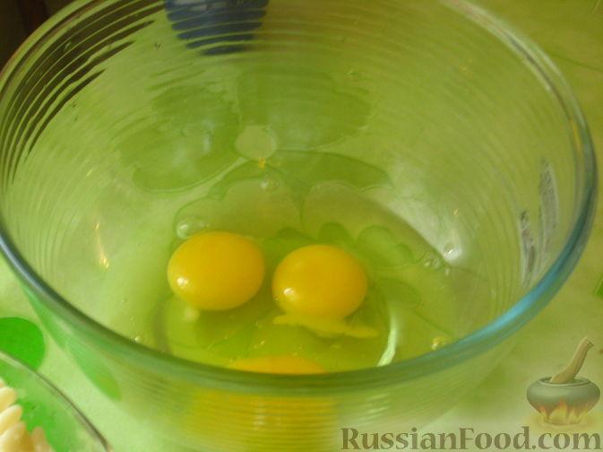 Яйца разбить в миску. Взбить.