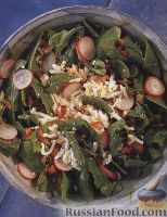 Салат из шпинатных листьев с редисом, беконом и яйцами