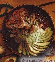 Салат с рыбой, авокадо, помидорами и огурцом