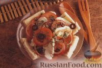 Салат из помидоров, моцареллы, лука и хлебных ломтиков