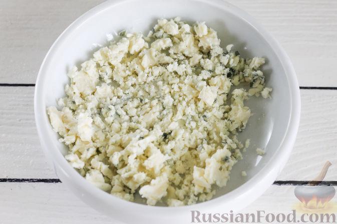 В миске разомните вилкой сыр с голубой плесенью.