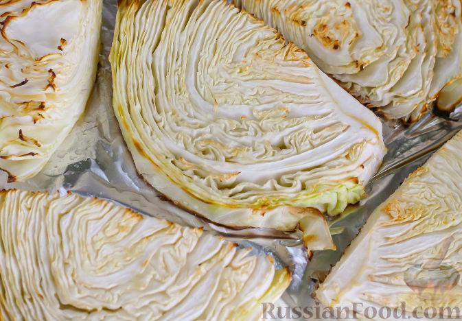 Готовность капусты проверьте ножом. Если она мягкая, значит извлекайте противень из духовки.