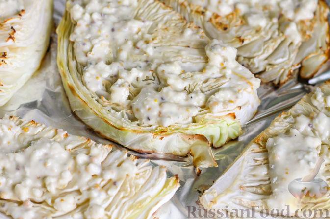 Выложите на капустные ломтики сырный соус.
