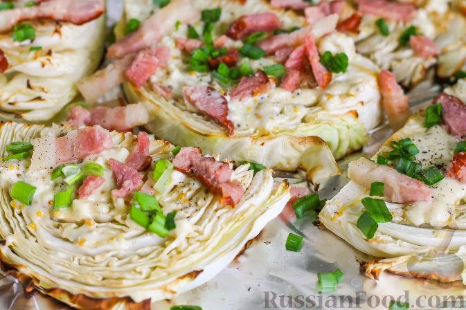 Присыпьте обжаренной грудинкой или беконом, измельченным зеленым луком.   Запеченная капуста под сырным соусом, беконом, готова. Приятного аппетита!
