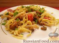 Макароны с грибами, ветчиной и помидорами под сыром