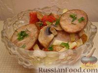 Теплый салат с ветчинной колбасой и шампиньонами