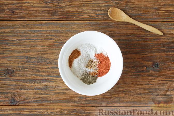 Соедините соль, паприку, красный перец, черный перец, кориандр.
