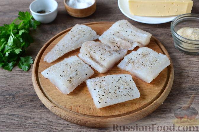 Как приготовить рыбу с овощами, сыром и майонезом:     Филе рыбы вымыть, обсушить и нарезать кусочками. Приправить солью, молотым перцем и убрать на время в сторону.