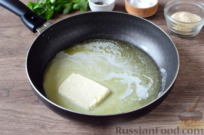 Небольшой кусочек сливочного масла оставить для смазывания формы, а все остальное масло растопить в сковороде на малом огне.