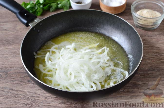 Добавить в растопленное сливочное масло нарезанный лук.