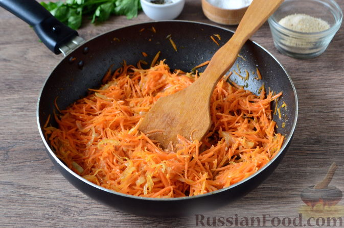 Затем добавить морковь, перемешать и продолжить обжарку овощей еще 5 минут, до мягкости моркови.