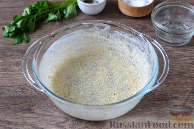 Жаропрочную форму объемом 1,2-1,5 литра промазать по дну и стенкам кусочком сливочного масла и обсыпать плотным слоем сухарей.