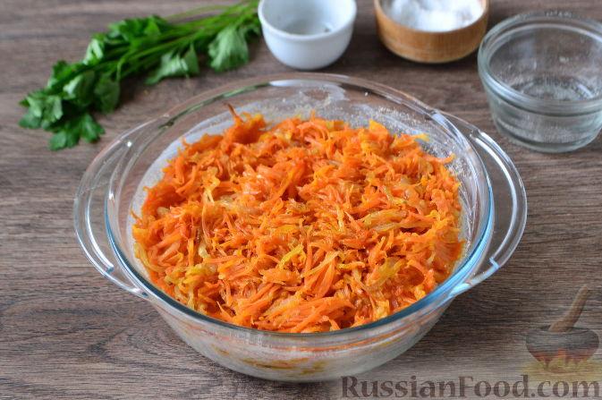 Поверх рыбы выложить морковно-луковую зажарку, но без излишка масла.