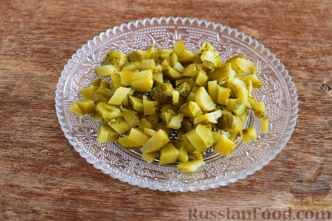 Как приготовить крабовый салат с маринованными огурцами:     Маринованные огурцы нарежем мелким кубиком.
