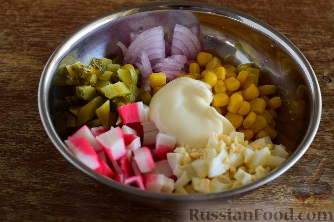 Заправляем крабовый салат с огурцами майонезом. Перекладываем салат в салатник и подаем к столу.