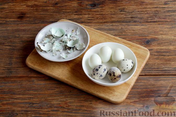 Как приготовить праздничные тарталетки:     Перепелиные яйца отвариваем вкрутую, остужаем и снимаем скорлупу.