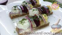 Закуска из селёдки на хлебе, с разноцветными шариками