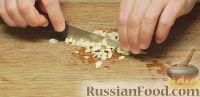 Чеснок, петрушку и кинзу измельчить ножом, лук нарезать полукольцами.