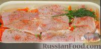 Сверху на овощи аккуратно выложить филе рыбы, посолить морской солью, посыпать сухим тимьяном и розмарином, сладкой паприкой и острым молотым перцем чили. На рыбу слоем положить веточки укропа. Сбрызнуть растительным маслом и соком половины лимона. Сверху накрыть листом пищевой фольги и закрепить её за края противня.