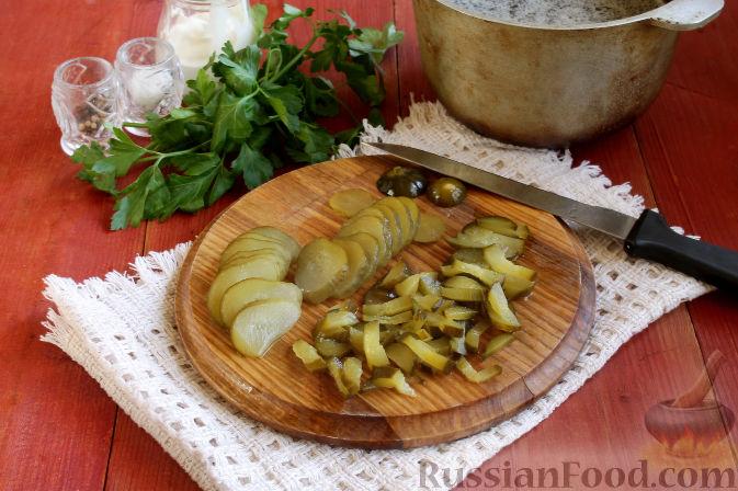 Как приготовить огирчанку:     Соленые огурцы нарезаем соломкой и бросаем в закипевший бульон. Традиционно для огирчанки варят огурцы около часа, но, на мой взгляд, достаточно 30 минут для варки всего супа.