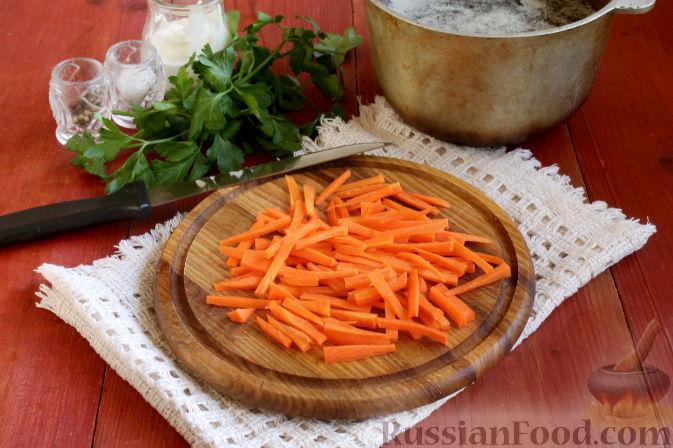 Сразу добавляем крупно нарезанную морковь.