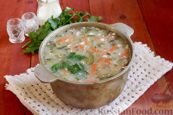 Добавляем в суп из квашеных огурцов и кукурузной крупы оставшийся от огурцов рассол по вкусу, перчим.   Кладем сметану, зелень и снимаем огирчанку с огня.