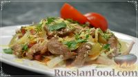 Теплый салат со свининой, овощами и лапшой