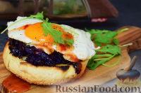 Тост с красной капустой, горгонзолой и яйцом