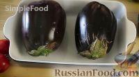 Как приготовить сырую икру из баклажанов и помидоров:     Накалываем кожицу баклажанов вилкой, чтобы они хорошо и быстро пропеклись. Выкладываем в емкость для запекания.