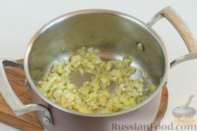 На большом огне обжарьте лук и чеснок, периодически помешивая.