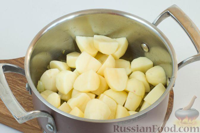 Добавьте картофель в кастрюлю к луку и чесноку.