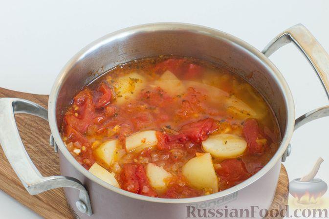 Доведите до кипения и, уменьшив огонь, варите около 20 минут, накрыв крышкой. Критерий готовности - полностью сварившийся картофель.