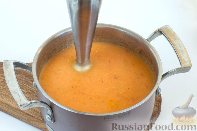 Суп измельчите блендером в нежное однородное пюре.
