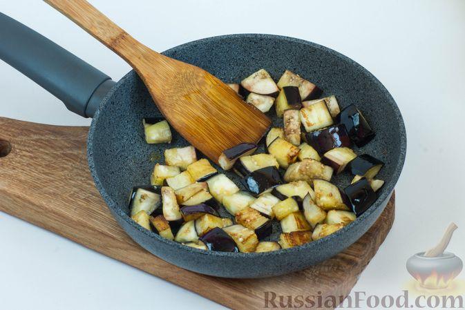 Баклажаны обжарьте до румяных бочков, можно их слегка присолить.