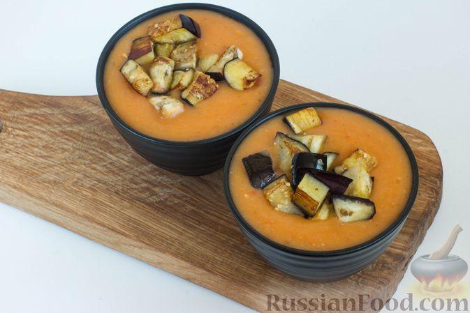 Разлейте готовый суп-пюре из картофеля и помидоров по порционным тарелкам.