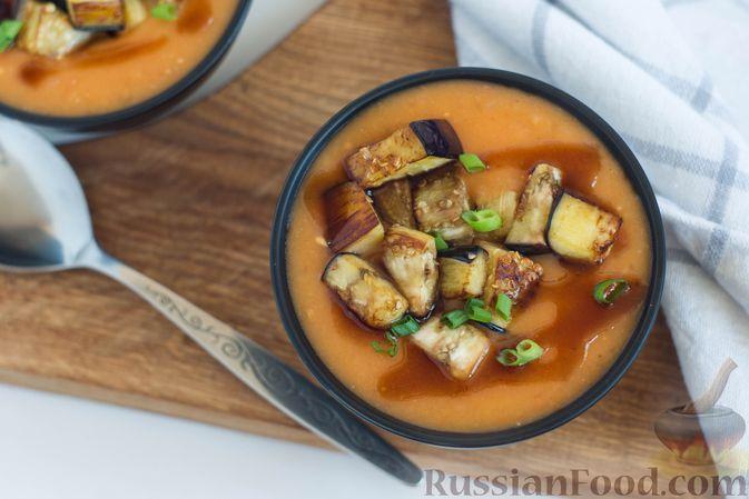Сверху добавьте немного бальзамика и положите в каждую порцию немного обжаренных баклажанов. Дополните томатный суп-пюре с баклажанами свежей зеленью на свой вкус. Приятного аппетита!