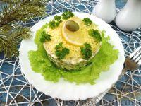 Слоёный салат с авокадо и оливками
