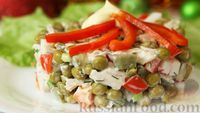 Салат с курицей, горошком и овощами