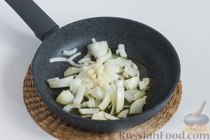 Тем временем поджарьте на растительном масле мелко нарезанный репчатый лук, а также измельченный чеснок.