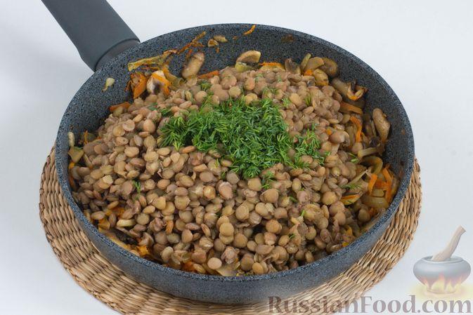 На сковороде соедините готовые овощи, грибы и чечевицу. Добавьте щепотку соли, чёрный молотый перец и измельчённую свежую зелень.