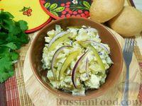 Картофельный салат с маринованными огурцами и яйцами