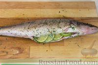 Рыбу полить оливковым маслом, сбрызнуть соком лайма со всех сторон. Положить в брюшко Кружочки лайма и веточку розмарина. Рыбу оставить на 10-15 минут мариноваться.