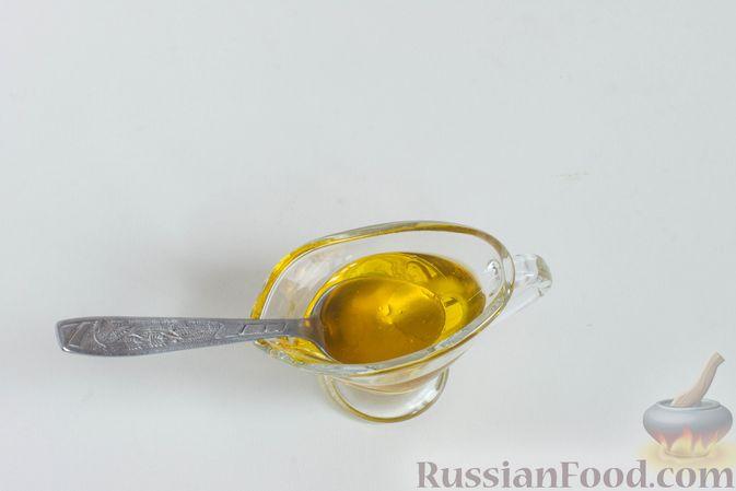 Для заправки соедините подсолнечное и кунжутное масло, добавьте яблочный уксус, перемешайте.