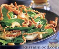 Салат с курицей, свежим шпинатом и орешками кешью