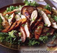 Салат из курицы, моркови и грибов, жареных на гриле
