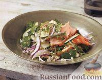 Салат из булгура, лосося, огурца и красного лука